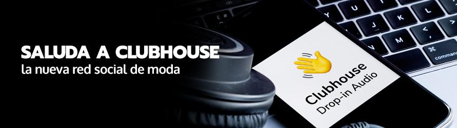 La aplicación de Clubhouse se reflecta en la pantalla de un teléfono móvil