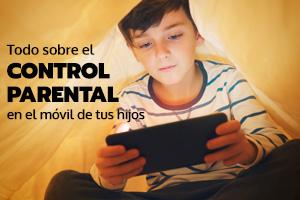 Un niño mira un móvil con el control parental activado