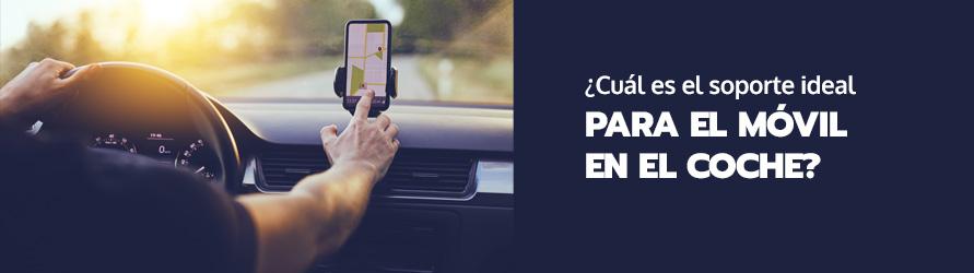 Una persona manipula el navegador de su coche en la carretera