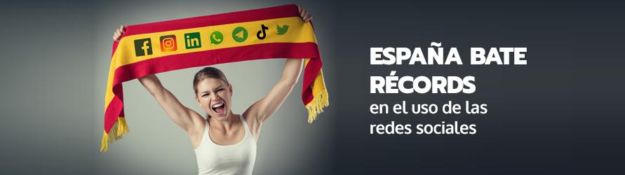 Una chica anima con una bufanda de España llena de logos de redes sociales