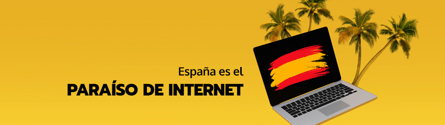 Un ordenador con la bandera de España rodeado de palmeras en un paraíso