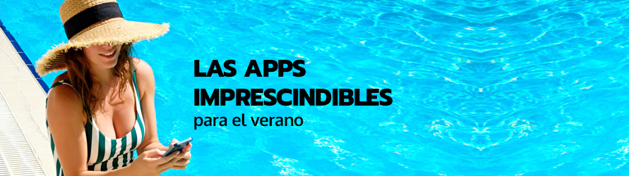 Una mujer utiliza su móvil al borde de una piscina